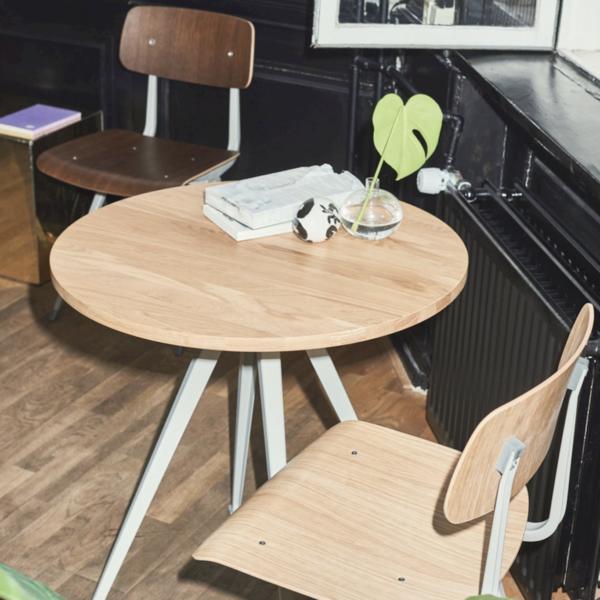 Houten stoelen met tafel