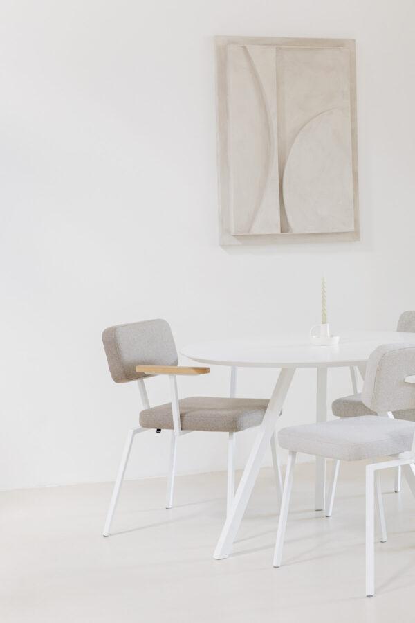 Studio HENK Witte ronde tafel op driepoot - eetkamertafel en stoelen